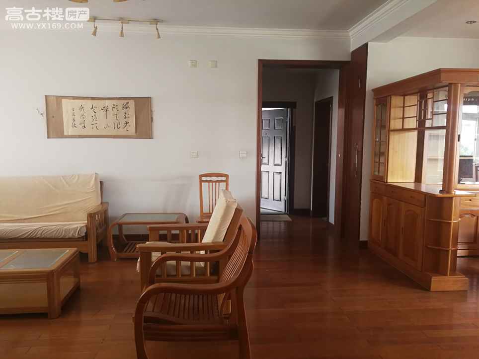 北苑电信小区,装修简洁大方,拎包即可入住,家具家电设备齐全,有车位。
